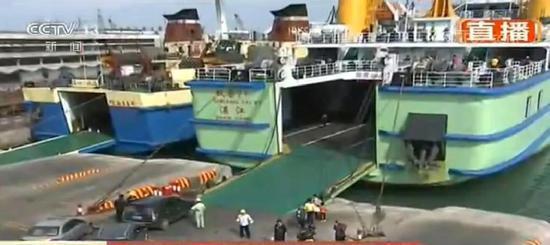 △目前,正在装船的滞留车辆。