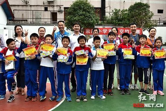 空竹运动既锻炼身体,又锻炼专注力和耐力,很受紫凤小学学生的喜欢.