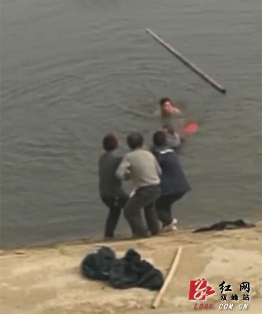 双峰县:司机连人带车掉进水库 66岁老党员跳水救人
