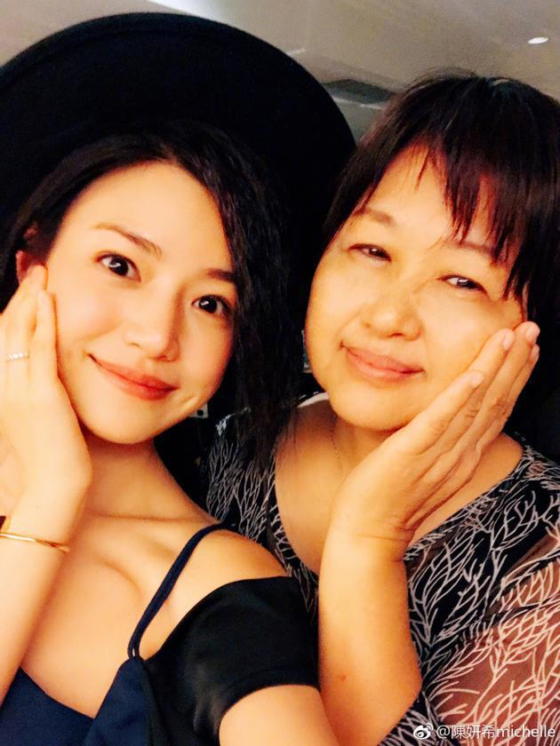 陈妍希与妈妈合照