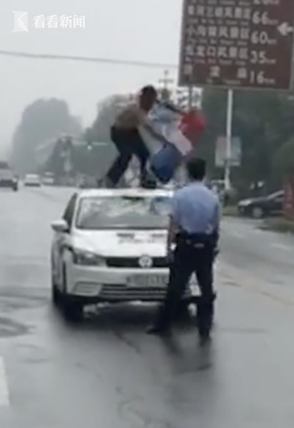 男子借钱不成赤裸上身砸警车泄愤 拽掉警灯骂警察