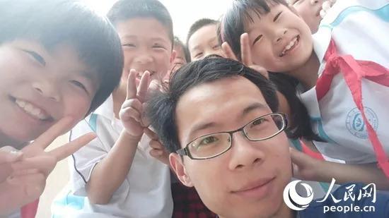 图为华中农业大学附属学校喻越老师和孩子们的自拍