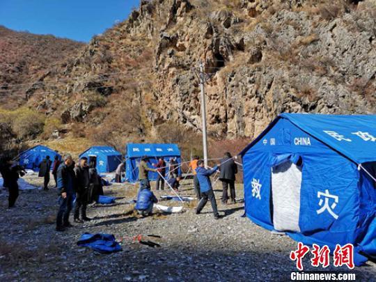 金沙江堰塞湖有15台机具疏通 开掘堰体3200立方米