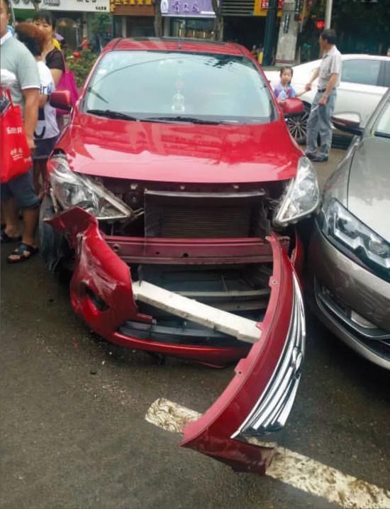 ▲剐蹭发生后,一红色私家车车体前半部分受损严重。