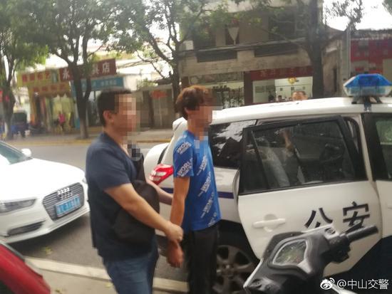 男子开电动车逆行飙车 接连伸脚逼停轿车和公交车