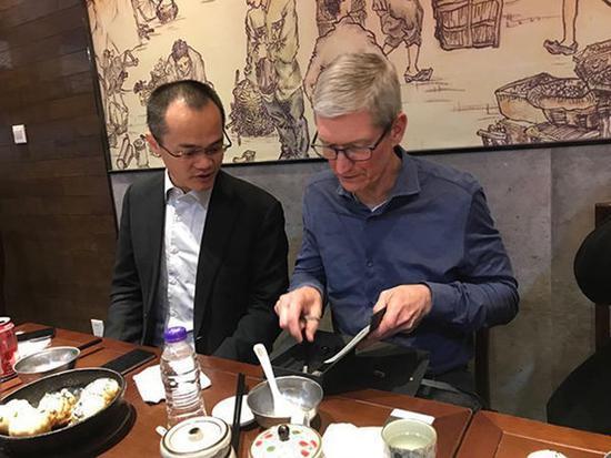 库克与王兴上海吃生煎:建议把美团带到美国
