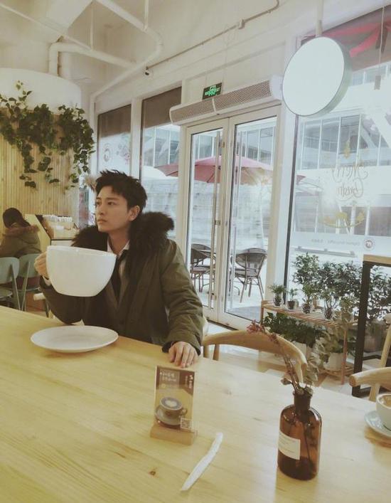老板要哭!贾乃亮拿XXXXXL号咖啡杯子求续杯