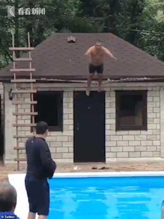 男子从屋顶往泳池里跳 结果排水槽坍塌头摔在地上