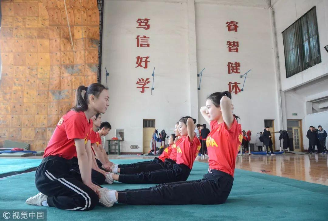 2018年2月8日,在山东聊城一家艺考培训中心,高三学生正在进行抱头式仰卧起坐训练 / 视觉中国