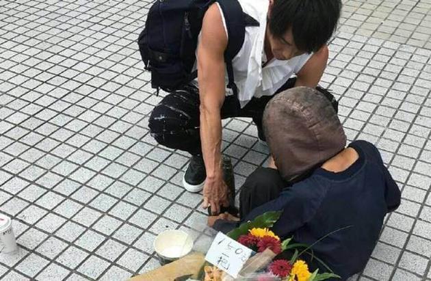 黄品源车站遇行乞婆婆 结果他的这个行为让人感动