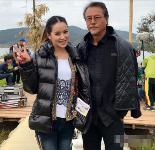 近日,台湾男演员刘德凯拍摄电视剧时与其他演员的合照在网络中曝光。照片中,刘德凯头发花白,满脸皱纹,丝毫没有当年琼瑶男神的风范,不禁让人感叹岁月是把杀猪刀啊!