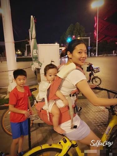 杨云背着女儿骑单车 杨阳洋踩滑板相随