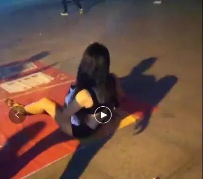 女子凌晨在街头裸奔 警方:有精神病史 无吸毒史