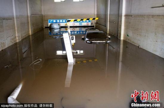 吉林遭遇洪水 小区车库200余辆车被淹