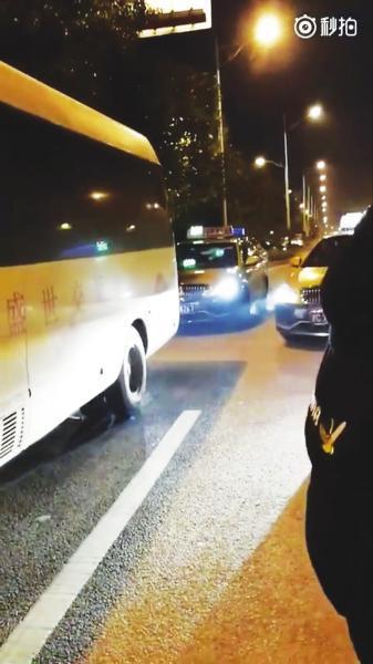 长沙多名学生坐中巴去机场遭出租车围堵 行程延误