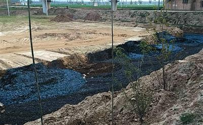 2015年4月,张文奇发现从广源纸业开出的土方车,将蓝黑色的废渣倾倒在农田里。受访者供图