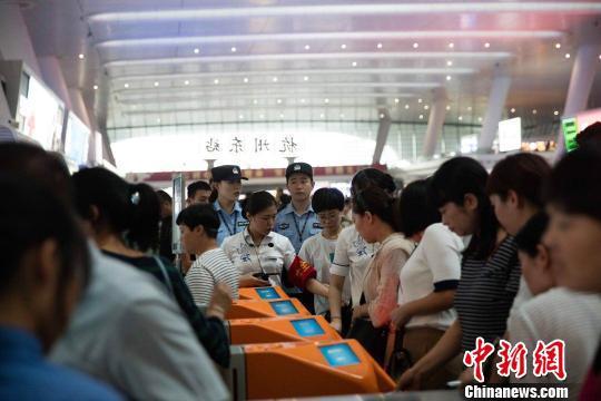 国庆首日长三角铁路发客300万人次 再创单日纪录