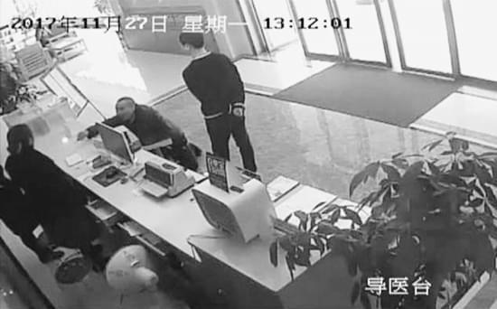 男子冲进银行抱住保安腿 疑陷传销后寻求帮助