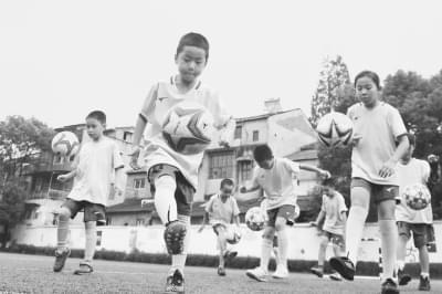 足球小将一次颠球上千个被恒大足球学校特招