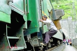 男子患癌后勇当背包客 拍十年绿皮火车幸运重生