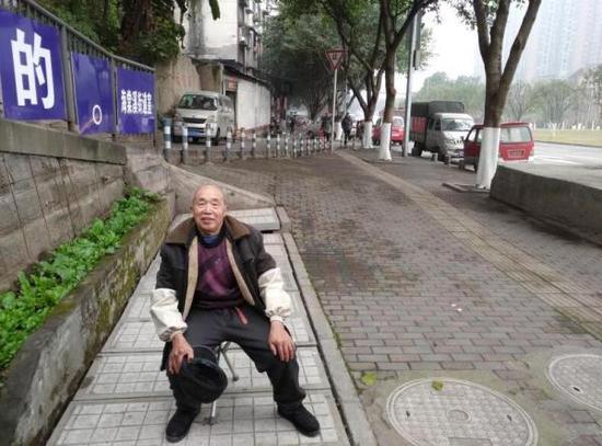 80岁老人义务给残疾兄妹送教3年:会一直教下去
