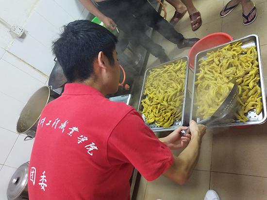 """武汉一高校大学生暑期社会实践调研""""盐焗鸡"""""""