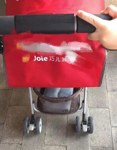 夫妻在迪士尼顺走别人童车:要放包有孩子了不起啊