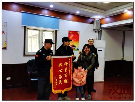 江汉城管帮走失小孩找亲人家长心怀感激送锦