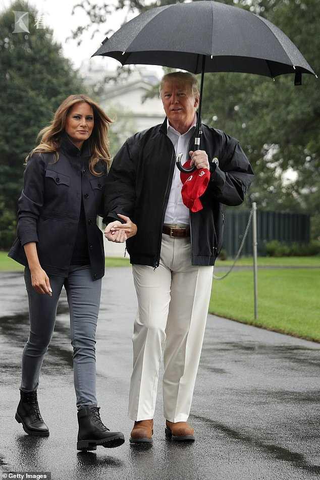 特朗普機艙口不收傘直接扔 網友:他可能心情糟透了