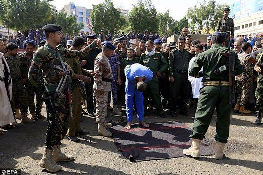也门3男子因奸杀10岁男孩被当街枪决 吊尸体示众