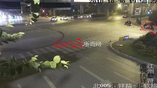 """五旬老汉在路上丢失劳力士手表,民警凭着一个""""反光点""""找到!"""
