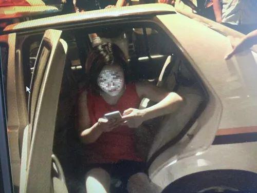女司机酒驾被查躺地撒泼:我是女的 你们不能碰我