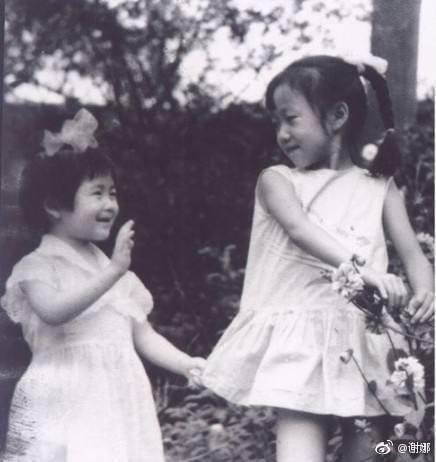 谢娜再晒姐妹童年旧照 小太阳女神模样乖巧激萌!