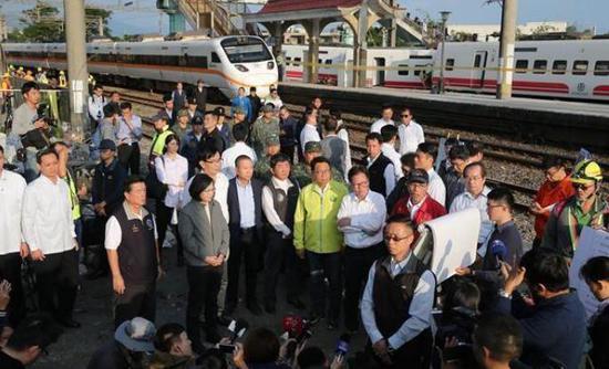 台湾一载300余人列车脱轨 温州动车脱轨事故后续现场处理工作仍在进行中