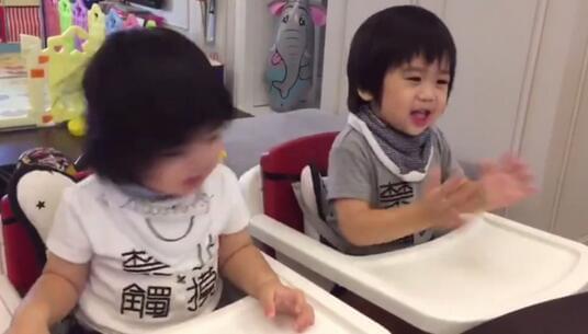 林志颖老婆晒双胞胎儿子 一个唱歌一个鼓掌好可爱