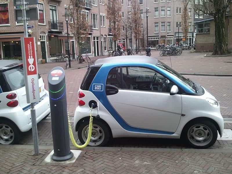 和加油站充电桩说再见,未来能边开车边无线充电
