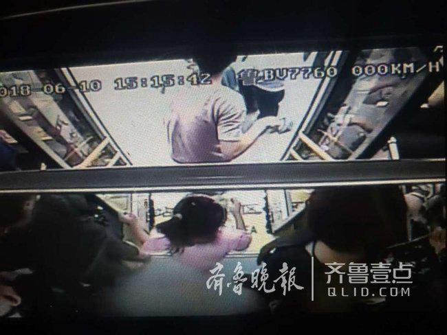 """男子公交车内晕倒 乘客纷纷主张""""先送医院"""""""