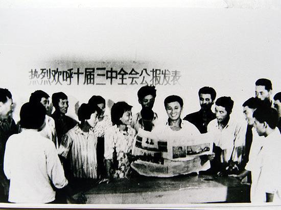 吴仁宝带领村民学习党的十届三中全会公报