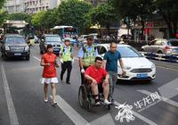 考生坐轮椅参加高考 考前弄伤脚得交巡警及时护送