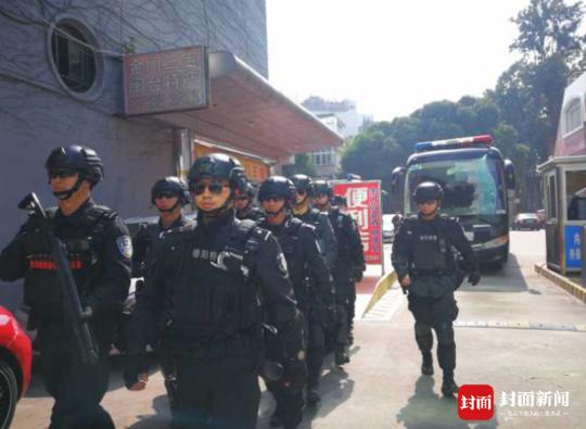 跨省大押解!四川警方横跨5省配备冲锋枪押3车嫌犯