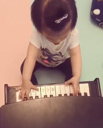 方媛晒女儿奏琴