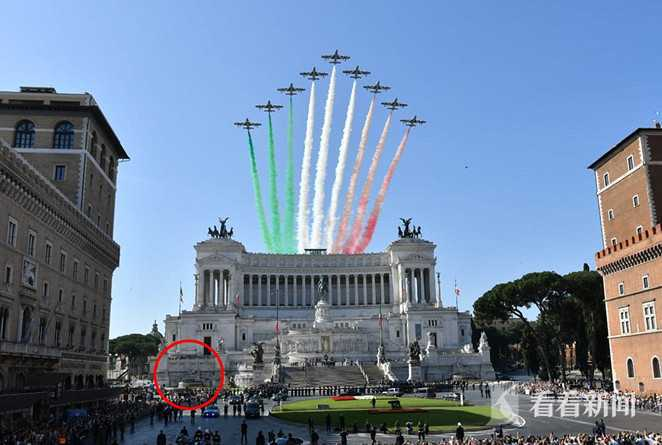 英国2男子在罗马名胜前喷泉池里脱裤拍照 被通缉