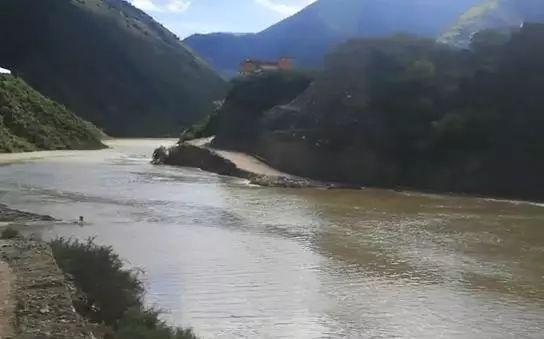 金沙江堰塞湖蓄水量达2亿立方米 下游地区情况稳定