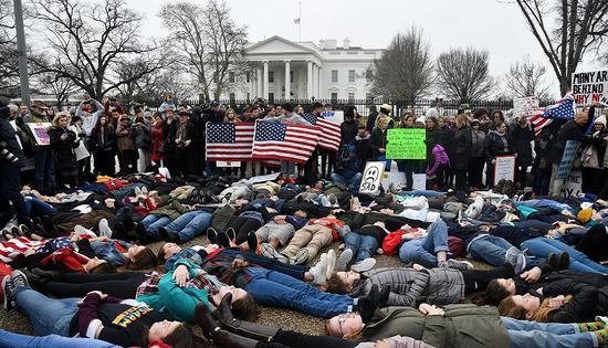 美百名青少年白宫躺尸 要求政府出台更严枪控法