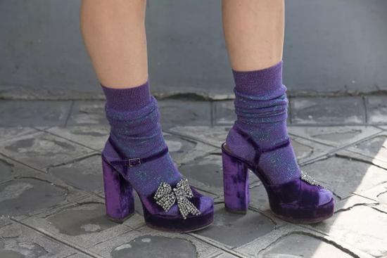 露脚踝的时代已经过去 露袜子才正流行