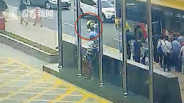 女子坐过站要强行下车遭拒 抡挎包将司机打晕