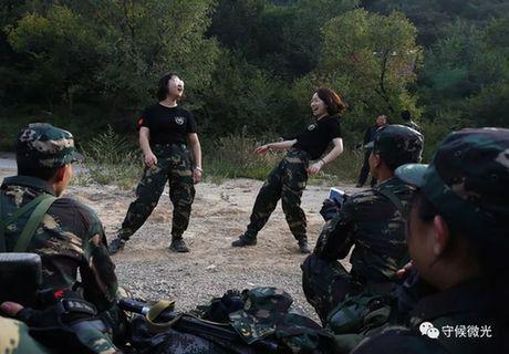 营员们在20公里负重徒步行军途中休息,两位女生为大家表演节目。
