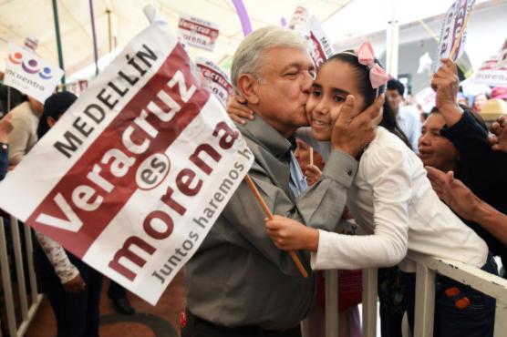 墨西哥当选总统拒回答女记者提问 而是亲了她脸颊