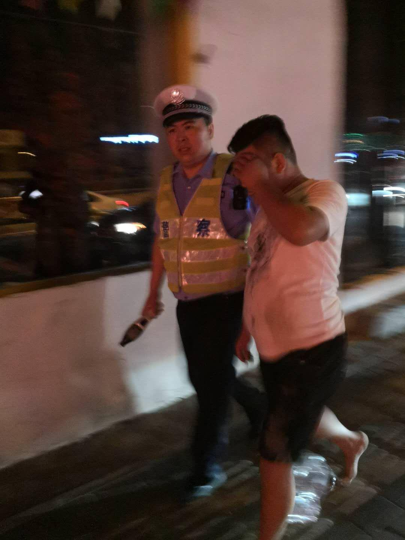 男子酒驾被查玩躲猫猫 同伴身体顶撞交警并辱骂