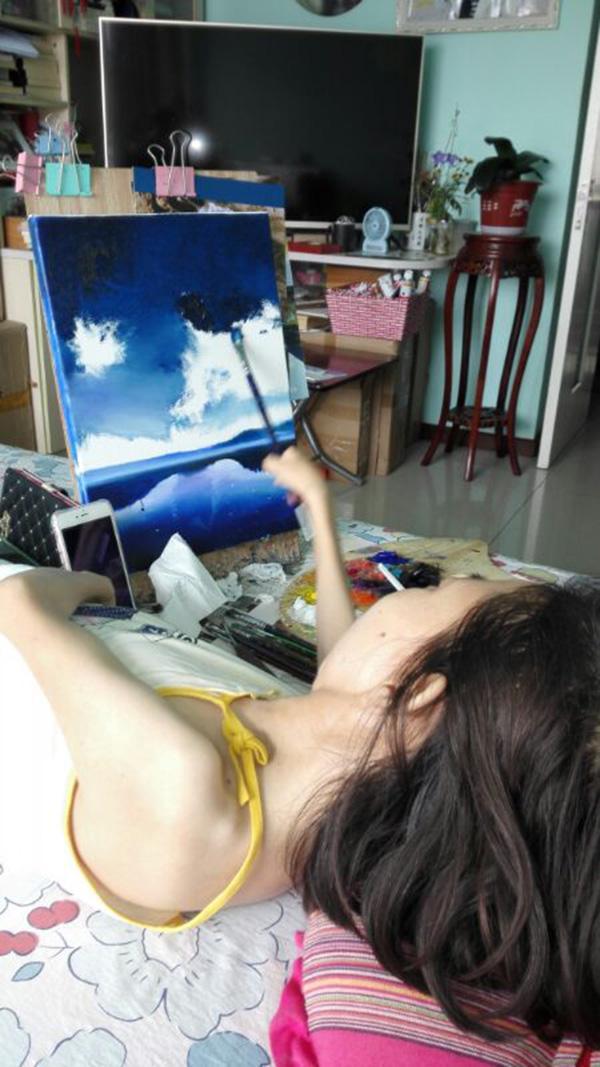 """瘫痪女子卧床作画30年:生活就是""""用绘画去旅游"""""""
